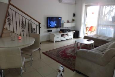 למכירה בכרמיאל ברח' ההגנה דירת גן 4 חדרים.