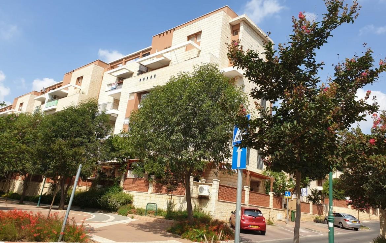 דירה למכירה בכרמיאל ברח' ההגנה, 4 חד' בנויה